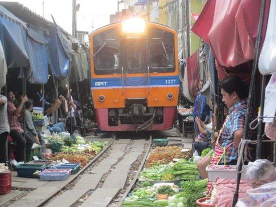 Kereta api ekstrim di tengah pasar