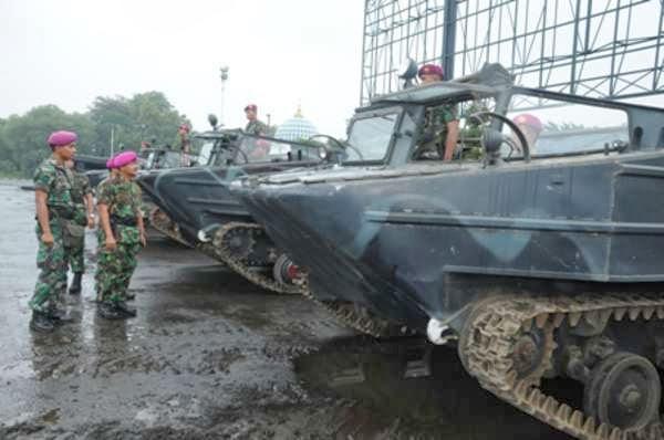 Marinir TNI AL Siagakan Kendaraan Amfibi Untuk Antisipasi Kemungkinan Banjir Susulan