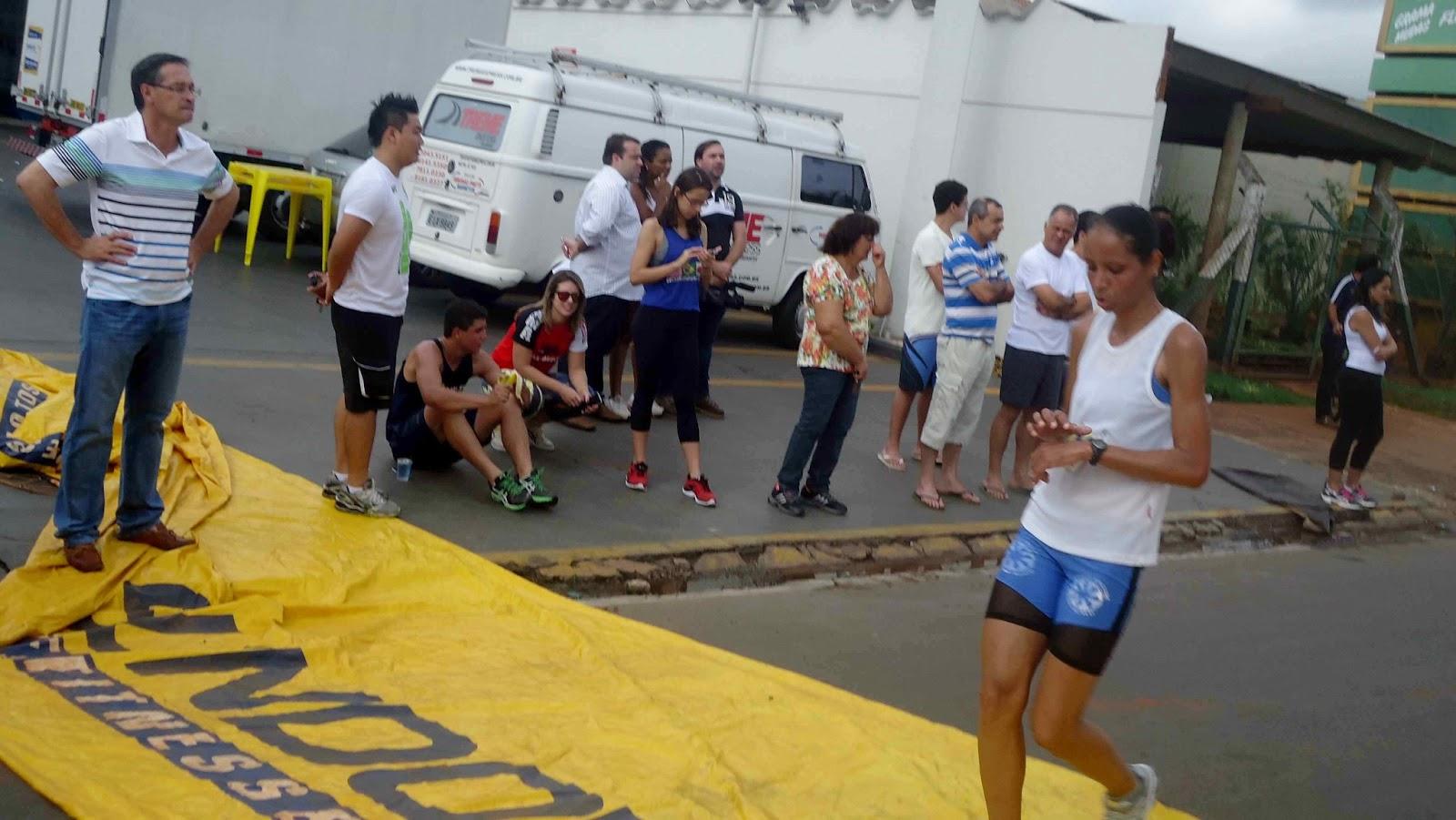 Foto 134 da 1ª Corrida Av. dos Coqueiros em Barretos-SP 14/04/2013 – Atletas cruzando a linha de chegada