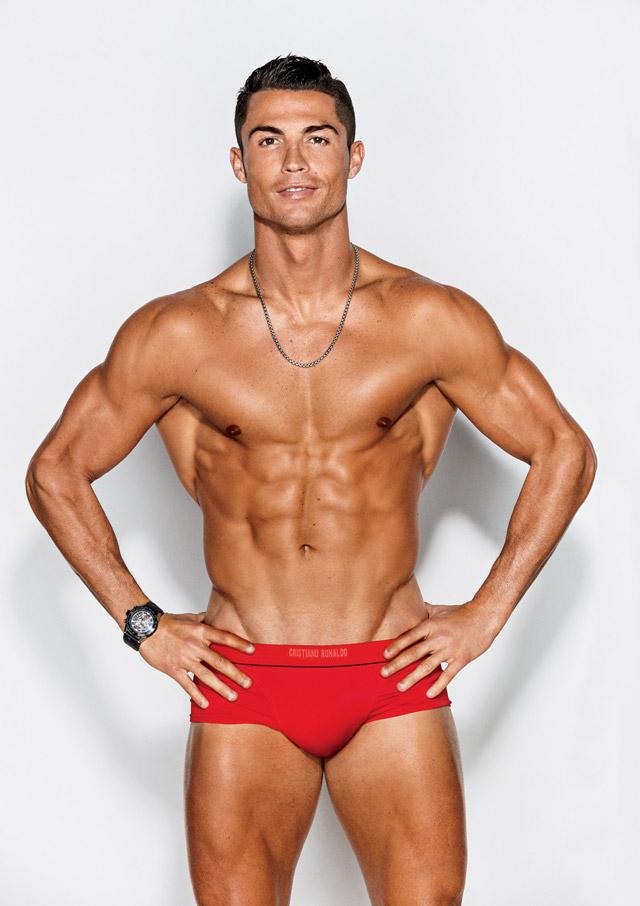 De cueca vermelha, Cristiano Ronaldo mostra o corpo sarado. Foto: Ben Watt