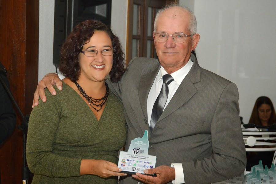 Representando a classe dos artesãos, o Sr. Jaime Santana também recebeu o troféu das mãos da representante da Secretaria de Desenvolvimento Social, Patrícia Falcão
