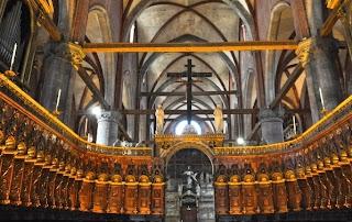 La Basílica de Santa Maria Gloriosa dei Frari  es una iglesia de dimensiones considerables, la más grande de Venecia; y los artistas Tiziano y Bellini contribuyeron para enriquecer la iglesia
