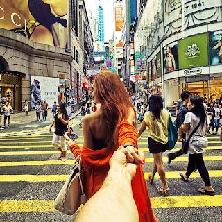 chica guapa cruzando la calle