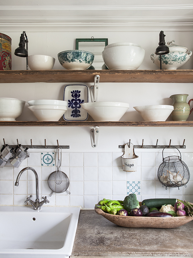 Keukeneilanden Te Koop : Rustic Kitchen with Open Shelves