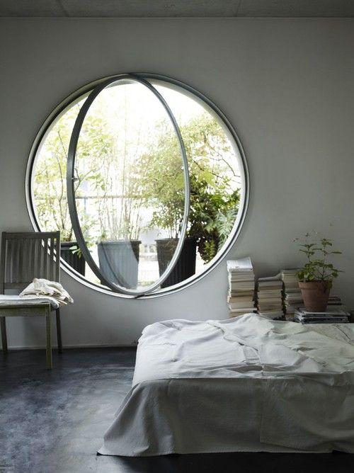 udeliv og indeliv i skøn forening af et stort rundt vindue