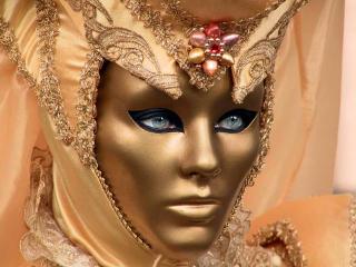 Bonita mascarada com um olhar profundo