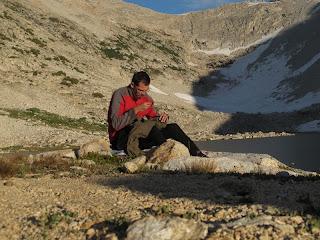 Ich nähe meine Hose wieder zusammen; im Hintergrund der Abstieg vom White Bear Pass