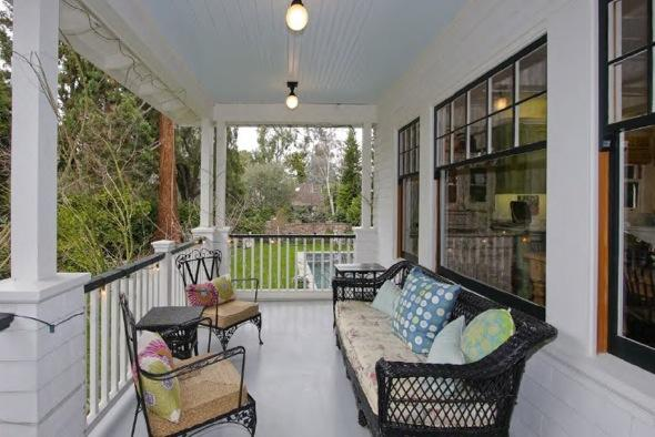 http://4.bp.blogspot.com/-2LJKNpfWjD8/TcUrkJQ21jI/AAAAAAAAAEE/fqBY-eyaWL4/s1600/Mark-zuckerberg-7-million+home+porch.jpg