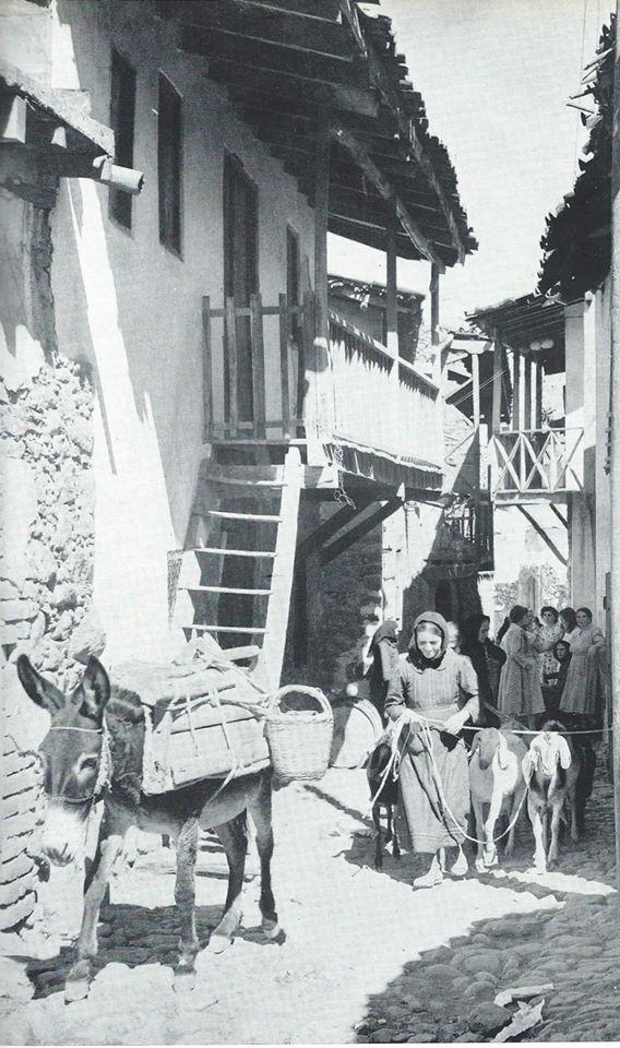 Μια καθημερινή εικόνα του παλιού χωριού, σε φωτογραφία του 1956.