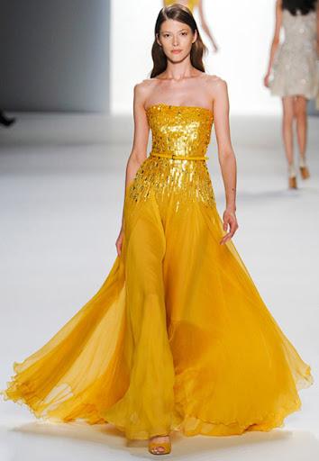 Дълга жълта рокля с блестящ корсет и пищна пола на Elie Saab
