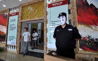 Zdjęcie strażnika w masce boga bez twarzy
