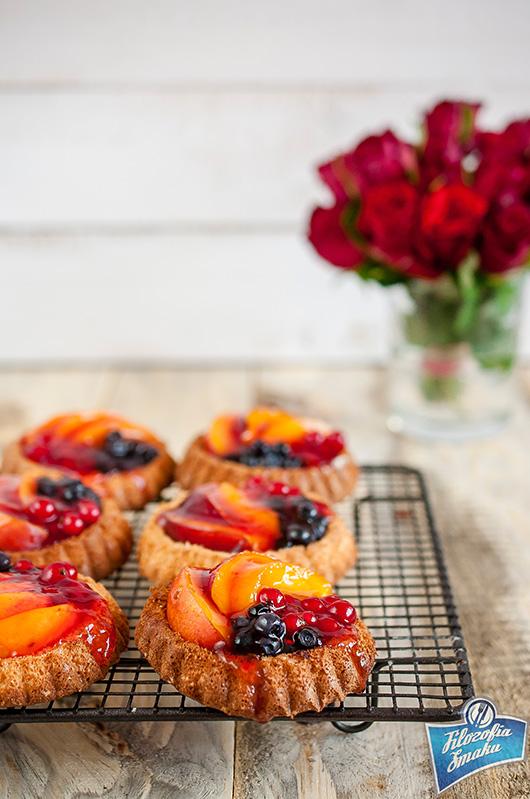 Babeczki biszkoptowe z owocami