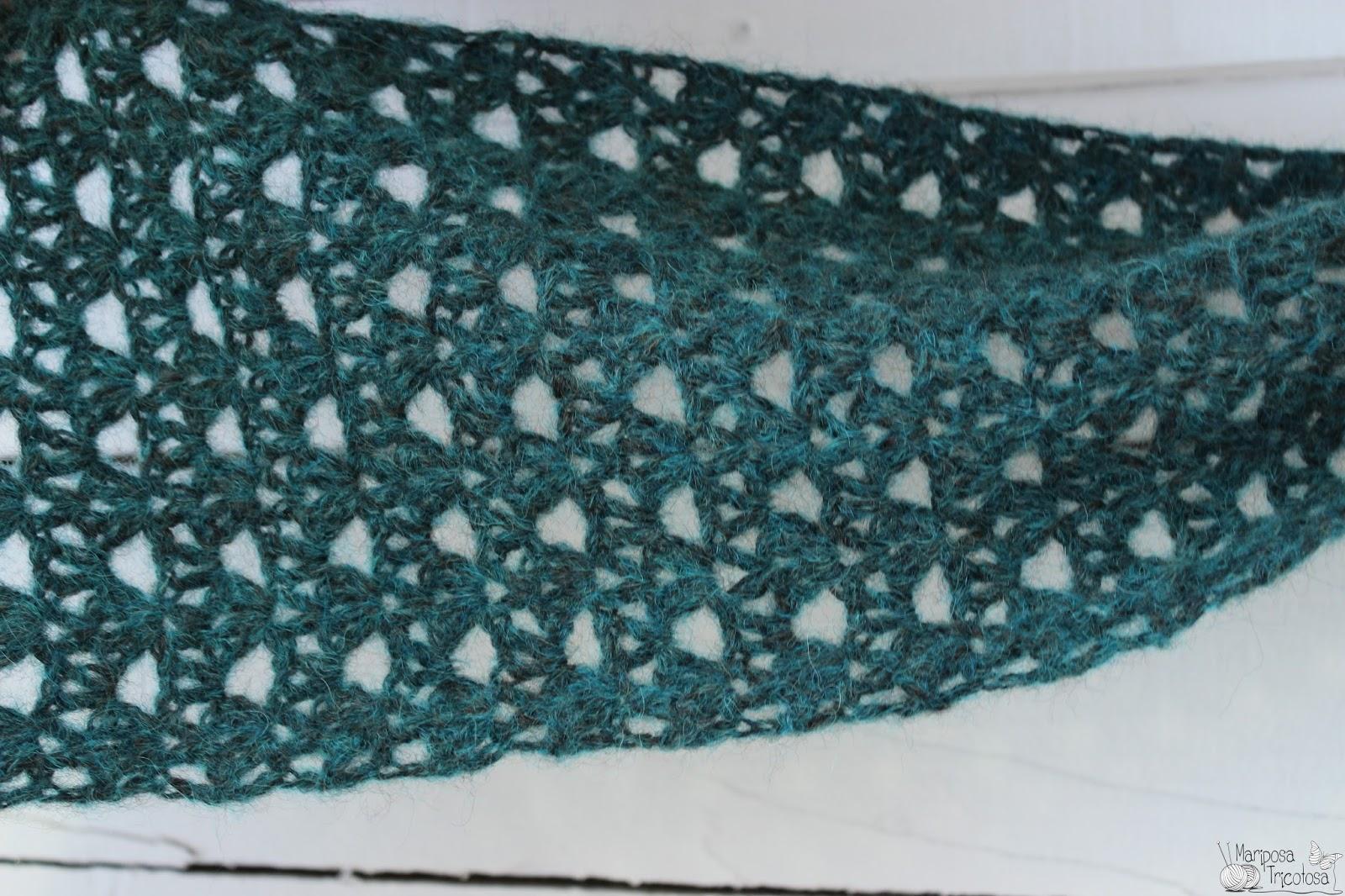 Una bufanda bien larga, con unos calados y un color preciosos.