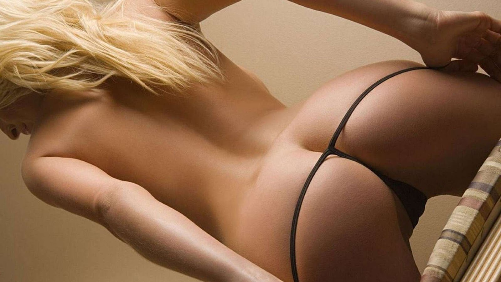 Blonde with great ass in an optimal position 2