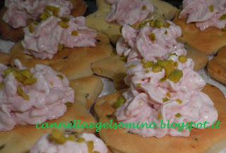 crackers piccanti al rosmarino con crema di mortadella