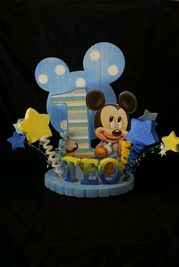 Dos centros de mesa de Mickey Mouse, uno de ellos tiene un globo con