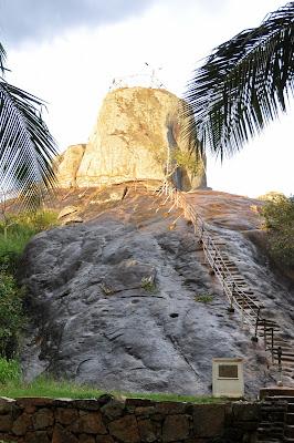 вырубленные в гранитной скале ступени ведут на вершину Михинтале, лестница для паломников