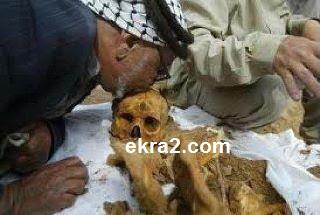 اب يقبل جمجمة ابنه الشهيد بعد 36 عاما من استشهاده!