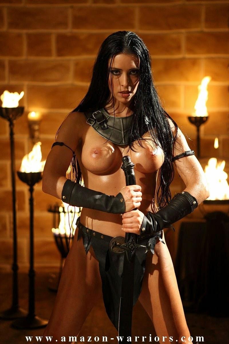 guerrière sains nue luisante de sueur tenant une épée