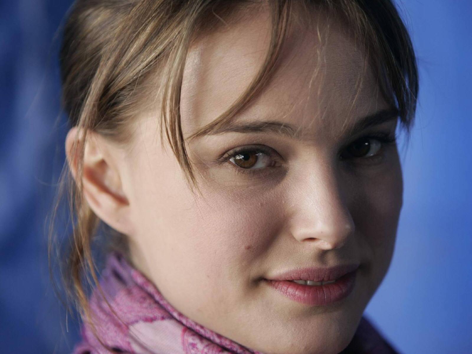 http://4.bp.blogspot.com/-2OQbWAAENZU/TsU98SWLuRI/AAAAAAAAJQg/9Rp29VVr_2Q/s1600/Natalie_Portman_DESKTOP_cute_WALLPAPER_smile.jpg