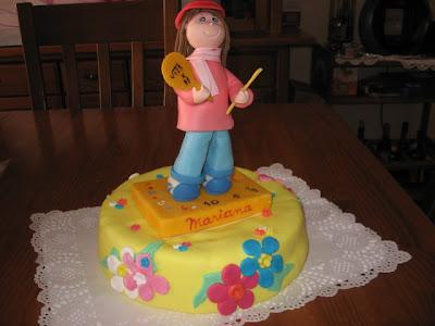 bolo de aniversário com boneca em biscuit