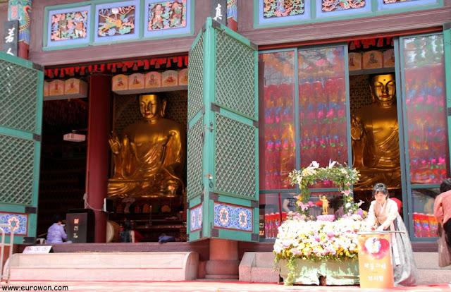 Interior del templo Jogyesa de Seúl