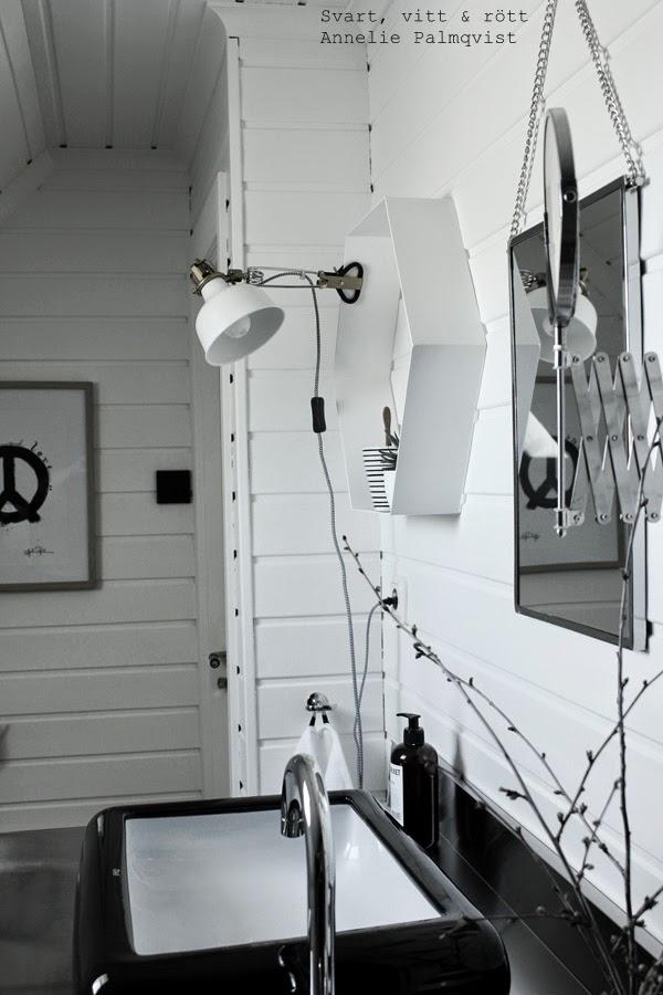 ranarp, klämspot, ikea, vit lampa, hexagon hylla, vit hylla i badrummet, vitt badrum, renoverat badrum, svart och vitt, house doctor rektangulär spegel, artprint, tavla badrum, tavlor, artprints, print, prints, konsttryck, svartvita tavlor, randig mugg, svart, svarta, vitt, vita, dragspegel, ikeaspegel, vit vägg, vitmålad furu, panel på väggen, toalett, lilla bruket tvål, pumptvål, hafa, svart handfat, rostfritt i badrum, vattenkran, blandare