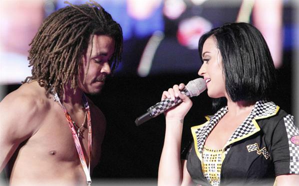 Katy Perry acosada en el escenario - FARÁNDULA INTERNACIONAL