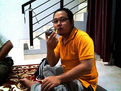 Iwan di Rumah Joko sedang menikmati donat