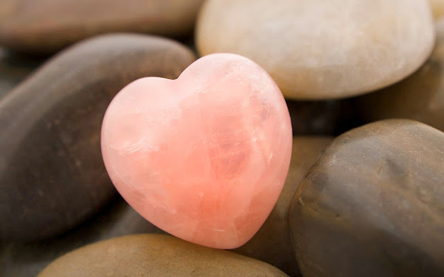 Foto een met roze steen in de vorm van een hartje