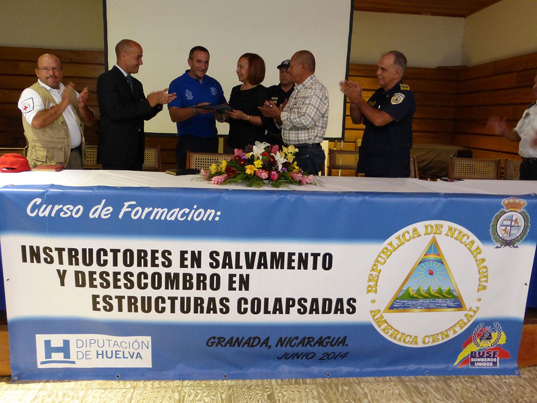 Manuel Gallego, jefede bomberos entrega una placa del ayuntamiento  en Nicaragua