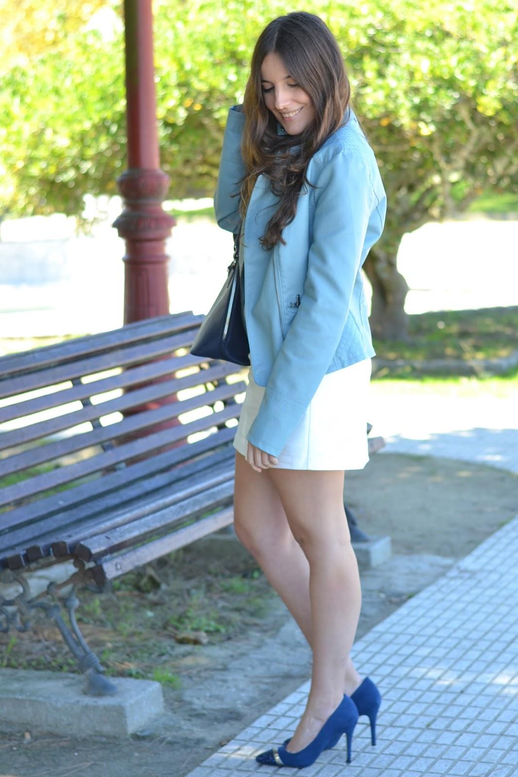 combinar chaqueta azul cielo