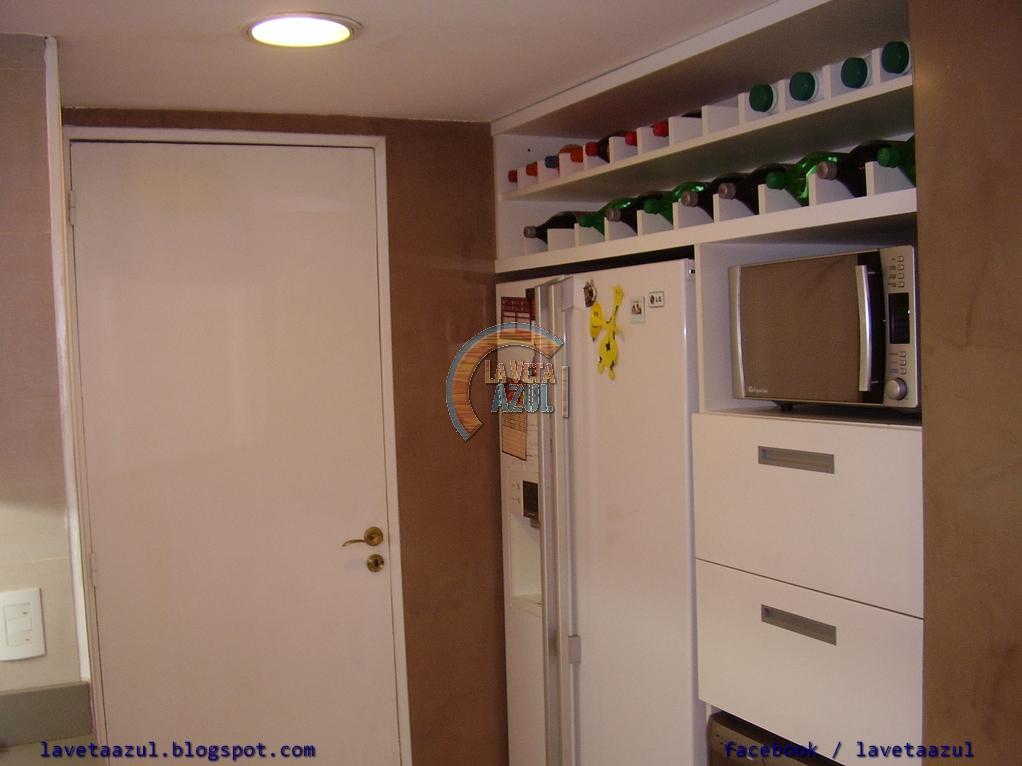 La veta azul: mueble de cocina laqueado en blanco brillante