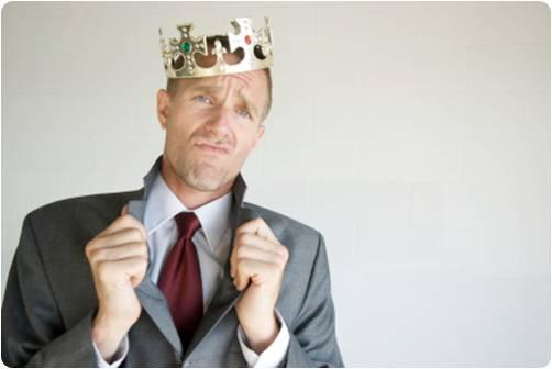 Homem com coroa na cabeça