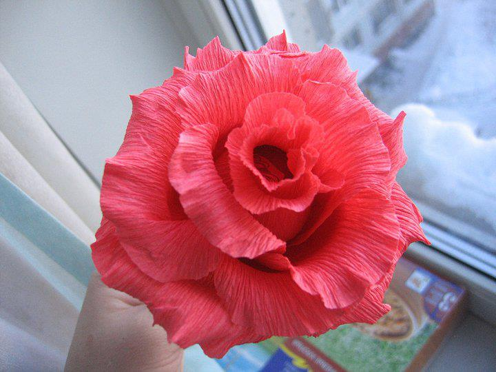 Роза из конфет и гофрированной бумаги своими