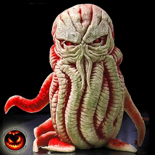 08-Cthulhu-Watermelon-Valeriano-Fatica-Ortolano-Production-Food-Art-Sculptures-Carved-Fruit-Vegetables-www-designstack-co
