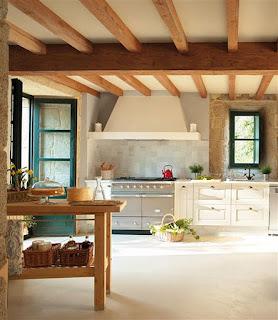 casa de piedra cocina blanca