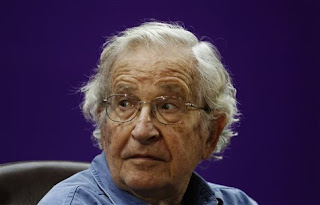 «Είναι ένας ταξικός πόλεμος» που καταστρέφει την Ελλάδα, λέει ο Νόαμ Τσόμσκι