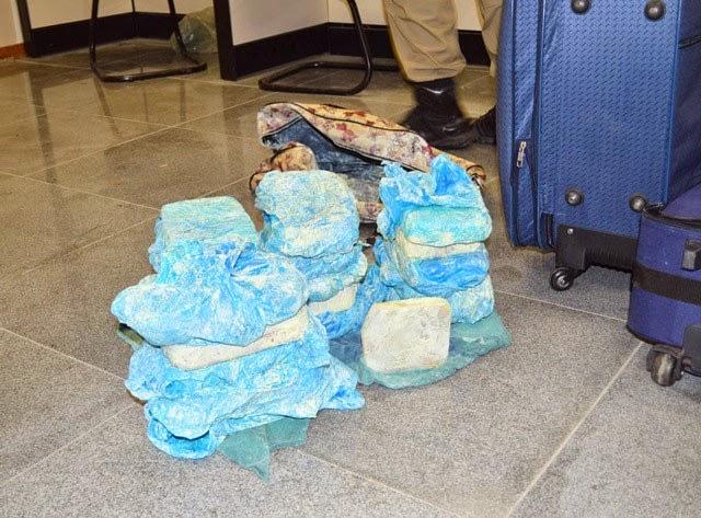 Cerca de 21 kg de pasta base de cocaína foram apreendidos dentro do veículo (Foto: Ed Santos/Site Acorda Cidade)