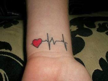 Tatuagem de coração com frequencia cardiaca no pulso