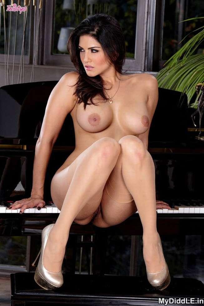 Sunny Leone Topless Fingering indianudesi.com