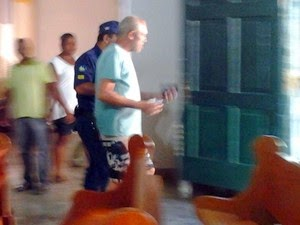 Homem foi retirado da igreja pela Guarda  Municipal (Foto: Emerson Rocha / site bahiaacontece.com)