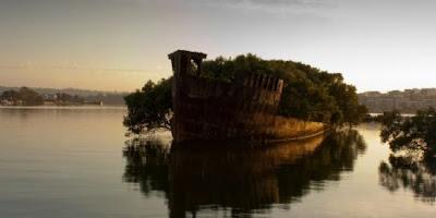 Os restos mortais do Ayrfield SS na baía Homebush, Austrália