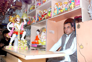 Paresh Rawal sells Ganesh idols to promote 'OMG Oh My God!'