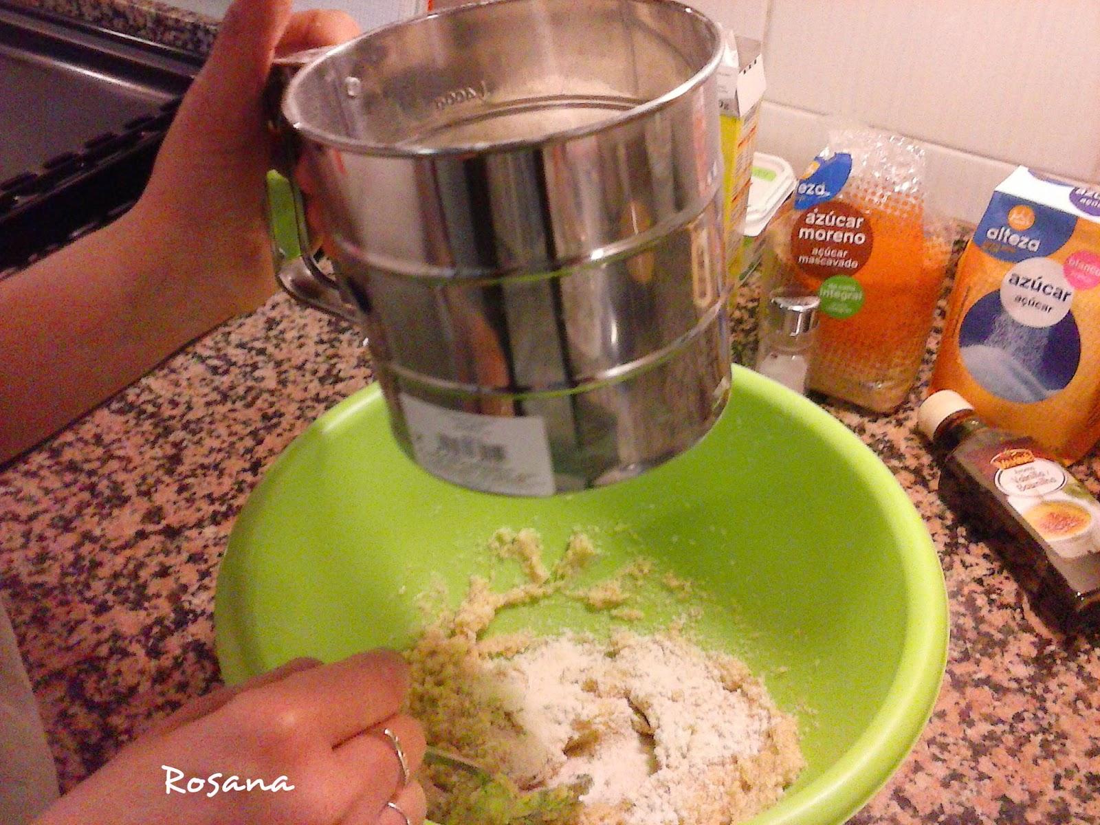 Tamizando la harina para hacer galletas