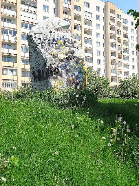 Rzeźby na osiedlu Ostrobramska. Granica?