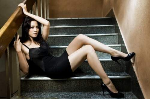 Model Cantik dan Seksi dengan Gaya Hot
