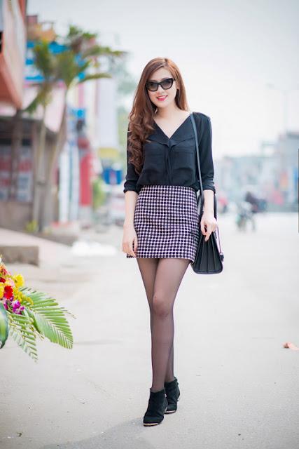 Tú Anh diện style năng động khi mix sơ mi đen với chân váy ngắn, boots cổ thấp tại một sự kiện ở Bắc Ninh.