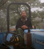 Foto di Corrado sul trattore che fa la linguaccia