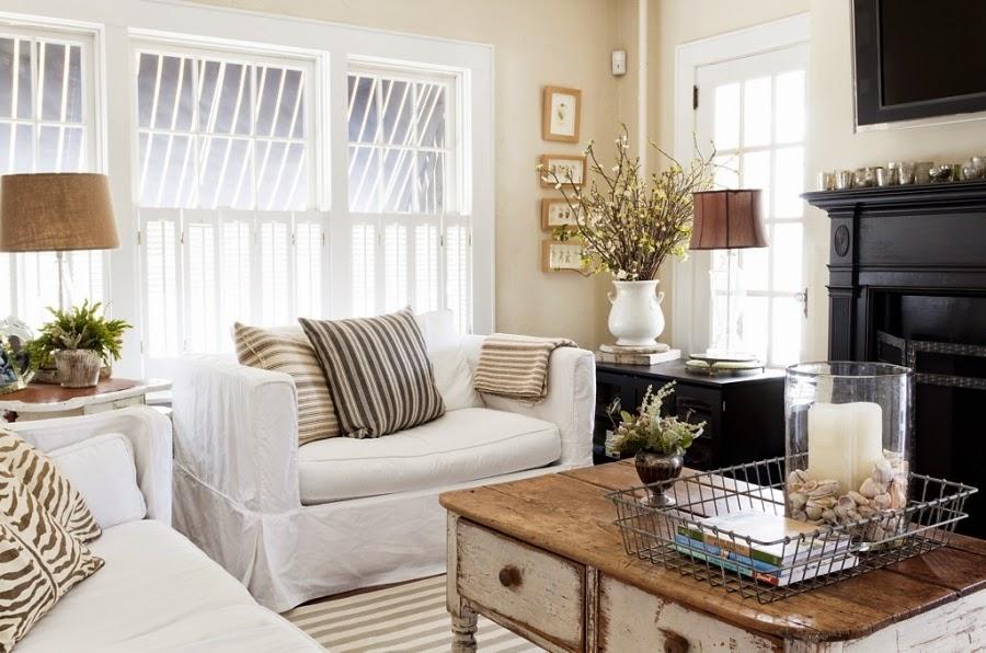 styl klasyczny, białe wnętrza, shabby chic, bielone meble, stary stolik, lniana lampa, biała kanapa